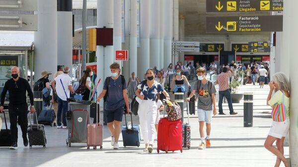 Турысты з Брытаніі прыбываюць у аэрапорт Пальма дэ Майорка - Sputnik Беларусь