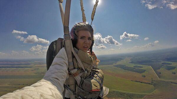 Сольный полет хрупкой девушки: прыжок с парашютом ко дню ВДВ - Sputnik Беларусь