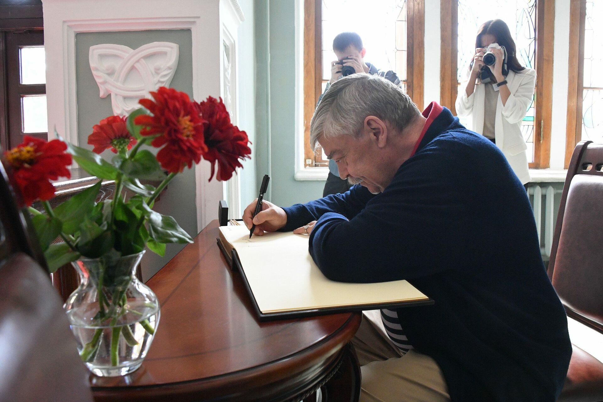 Посол РФ Евгений Лукьянов оставил запись в книге почетных гостей музея - Sputnik Беларусь, 1920, 04.08.2021