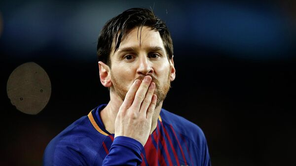Игрок Барселоны Лионель Месси посылает воздушный поцелуй после забитого гола во время футбольного матча Лиги чемпионов против Челси, 2018 год - Sputnik Беларусь