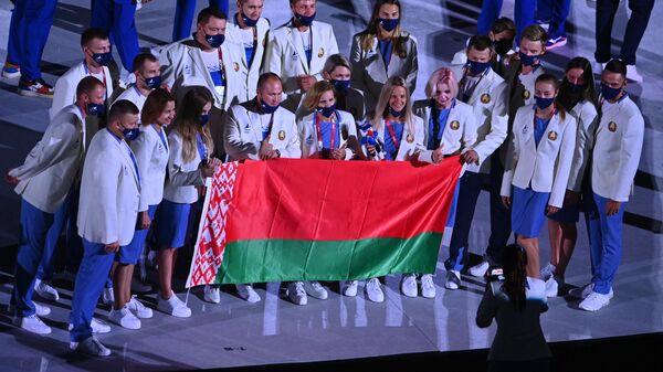 Спортсмены сборной Беларуси с флагом - Sputnik Беларусь