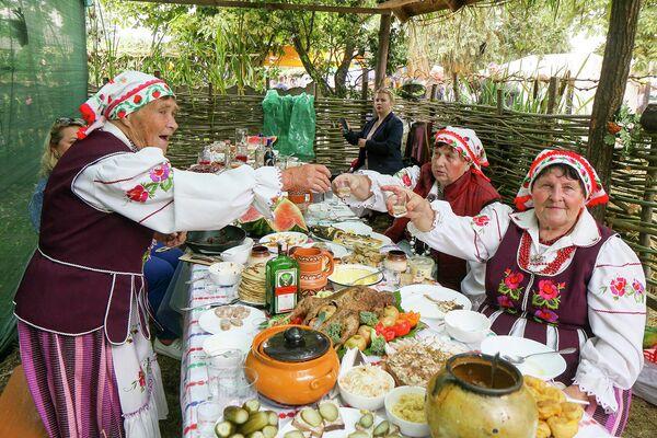 В минувшие выходные в агрогородке Мотоль Ивановского района состоялся долгожданный кулинарный фестиваль. - Sputnik Беларусь