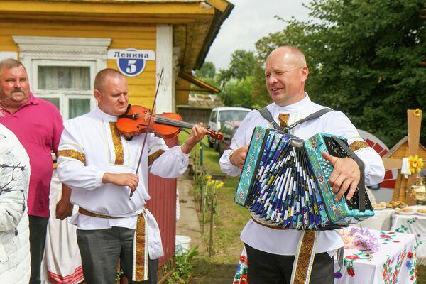 Мотоль всегда готов удивлять гостей, в том числе музыкой и песнями. - Sputnik Беларусь
