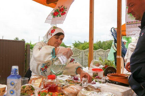 Подворий с местной кухней в этот раз было немного, но местный самогон наливали всюду: за 50 г - 2 рубля. И бутерброд - 50 копеек! - Sputnik Беларусь