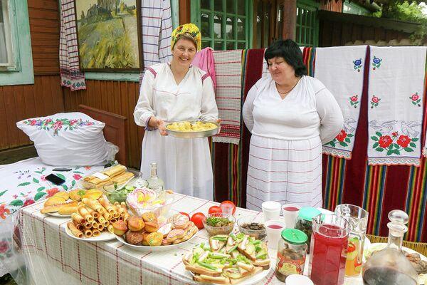 Вся территория Мотоля разделилась на своеобразные кварталы, где угощали самыми разными блюдами. - Sputnik Беларусь