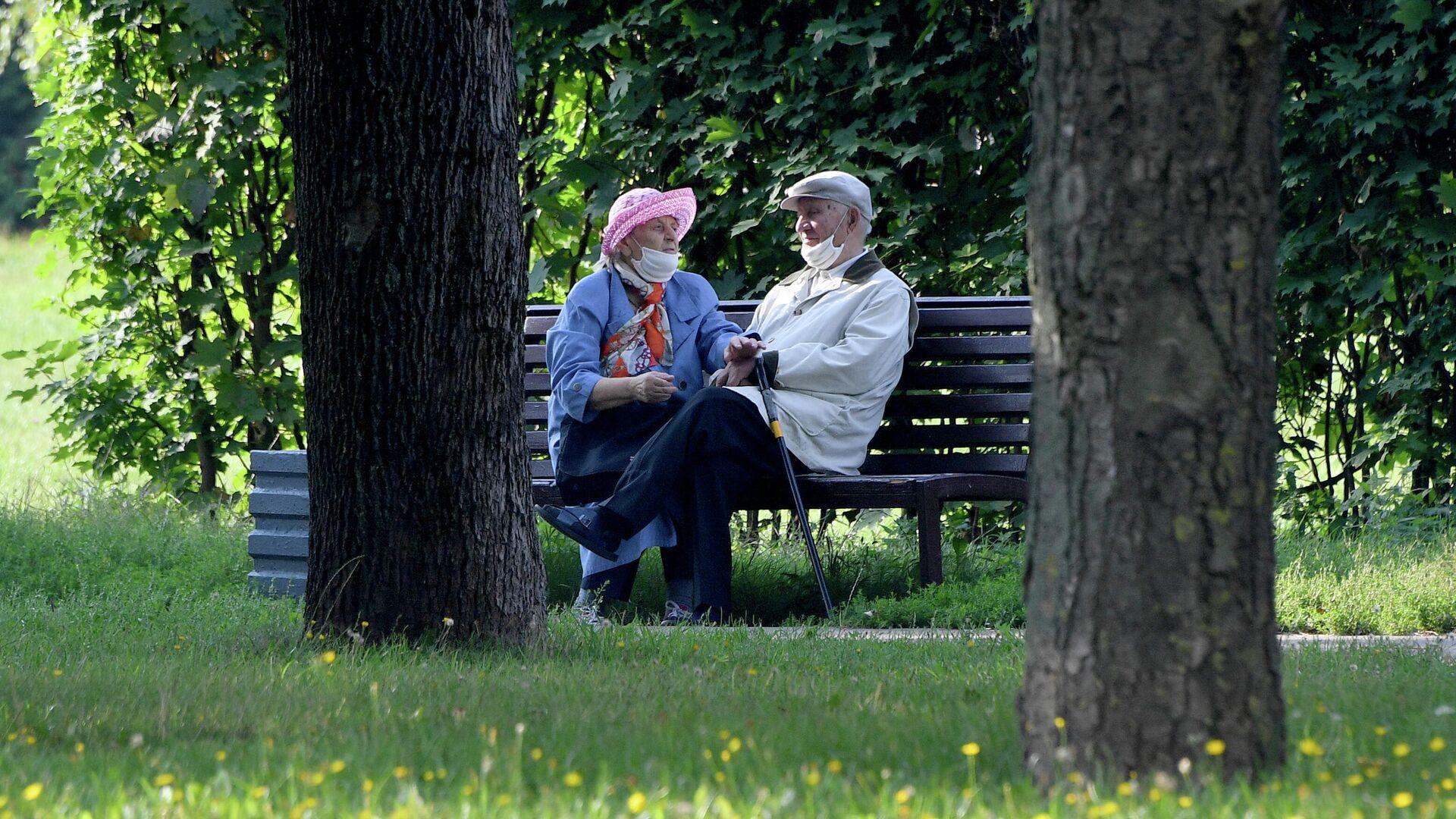 Пенсионеры в парке - Sputnik Беларусь, 1920, 06.10.2021