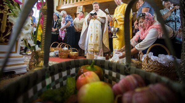 Взял кошелку с яблоками и в церковь: что можно и нельзя на Яблочный Спас - Sputnik Беларусь