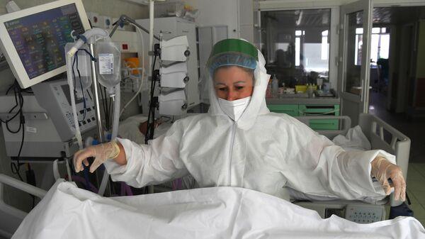 Медицинский работник в отделении реанимации  - Sputnik Беларусь