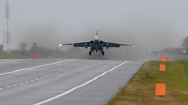 СУ-25 Грач совершает посадку на трассу Минск-Могилев - Sputnik Беларусь