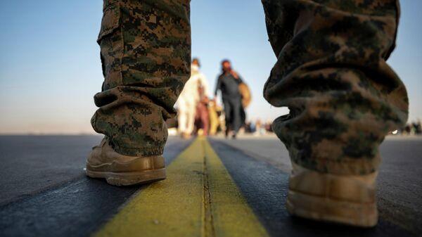 Морской пехотинец США в аэропорту Кабула - Sputnik Беларусь
