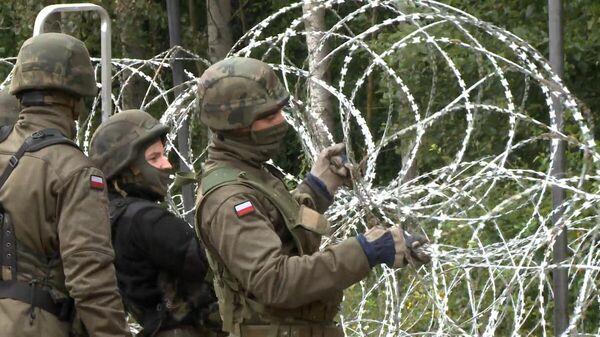 Солдаты строят колючий забор на границе с Беларуси и Польши  - Sputnik Беларусь