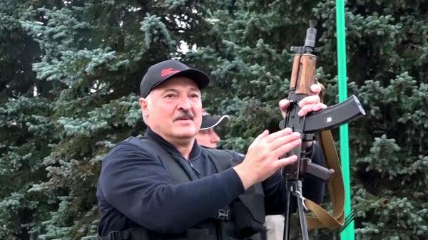 Александр Лукашенко возле Дворца Независимости в Минске, вооруженный автоматом Калашникова - Sputnik Беларусь