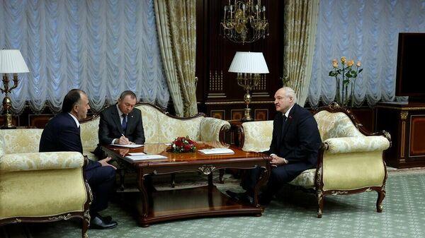 Лукашэнка і Надзвычайны і Паўнамоцны Пасол Таджыкістана Махмадшарыф Хакдод - Sputnik Беларусь