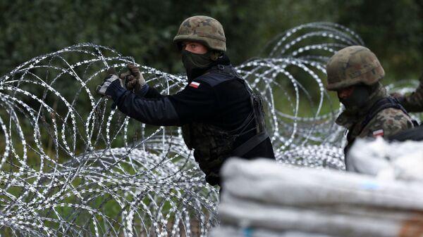 Строительство забора из колючей проволоки на границе Польши с Белоруссией - Sputnik Беларусь