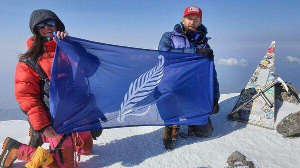 Флаг БГУ установили на Эльбрусе - Sputnik Беларусь