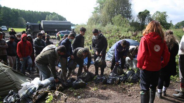 Перадача гуманітарнай дапамогі мігрантам - Sputnik Беларусь