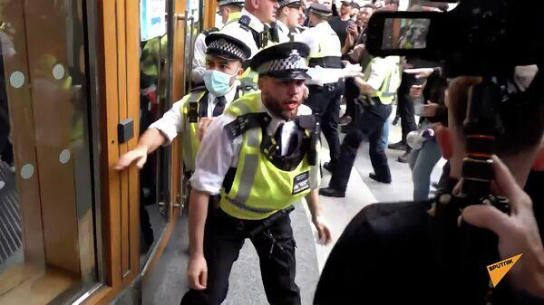 Полиция жестоко разогнала антипрививочников в Лондоне - видео - Sputnik Беларусь