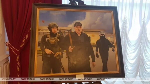 У Палацы Незалежнасці выставілі карціну, дзе Лукашэнка бегаў з Колем з аўтаматам - Sputnik Беларусь