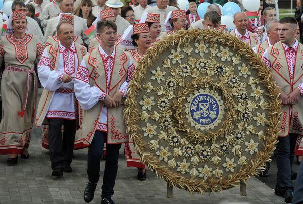 Свята пачалося з параду дэлегацый усіх раёнаў вобласці. - Sputnik Беларусь