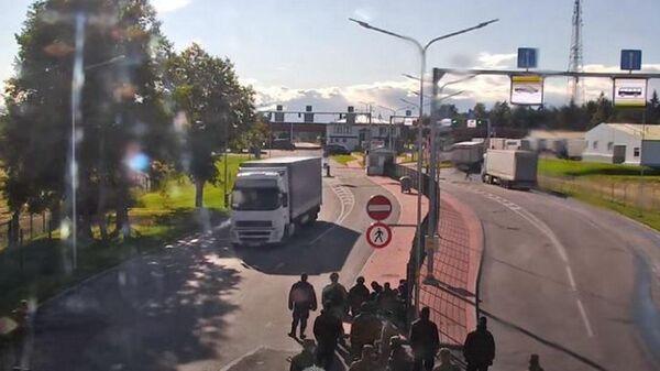Беженец бросился под колеса фуры на границе Беларуси и Латвии  - Sputnik Беларусь