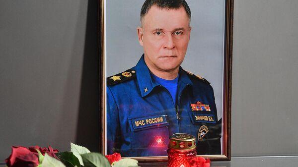 Цветы в память о главе МЧС Е. Зиничеве - Sputnik Беларусь