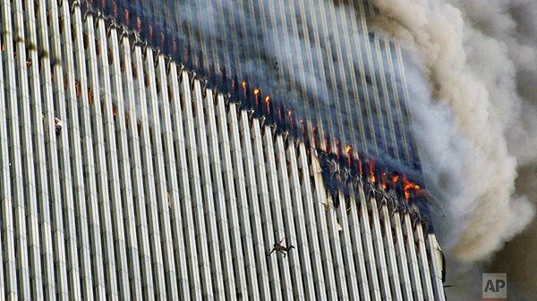 Люди падают из окон башни Всемирного торгового центра во время теракта в Нью-Йорке  - Sputnik Беларусь