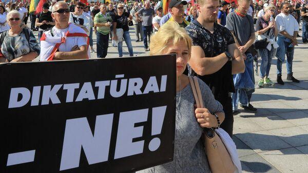 Протестующие против вакцинации принимают участие в митинге на Соборной площади в Вильнюсе - Sputnik Беларусь