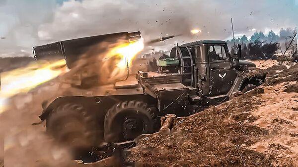 На полигоне Обуз-Лесновский артиллеристы России и Беларуси совместно нанесли массированный огневой удар и уничтожили объекты условного противника - Sputnik Беларусь