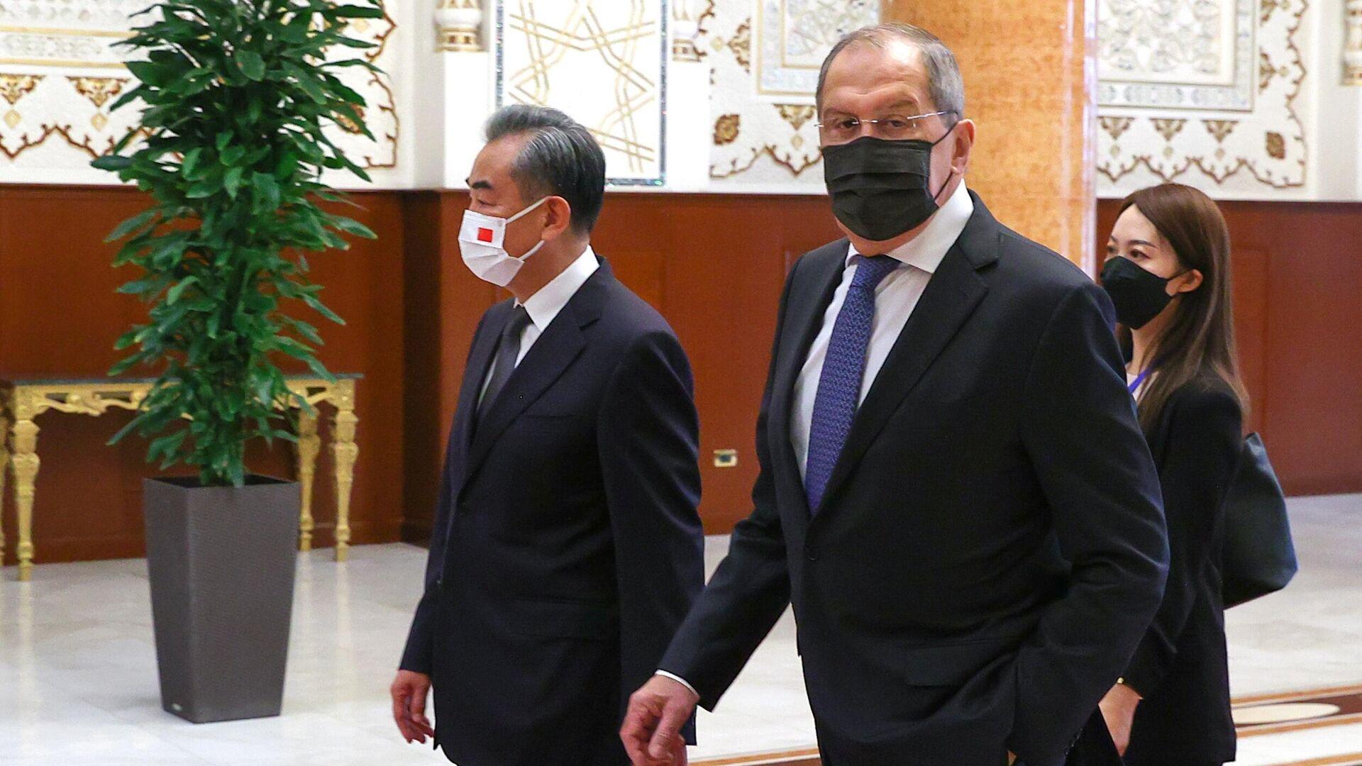Министр иностранных дел РФ Сергей Лавров (в центре) и министр иностранных дел КНР Ван И - Sputnik Беларусь, 1920, 16.09.2021