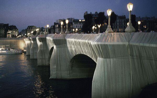 """А 22 сентября 1985 года группа из 300 рабочих завершила временное произведение искусства """"Обернутый мост Пон-Нёф"""". Самый старый мост в Париже оставался открытым для автомобильного и пешеходного движения. - Sputnik Беларусь"""