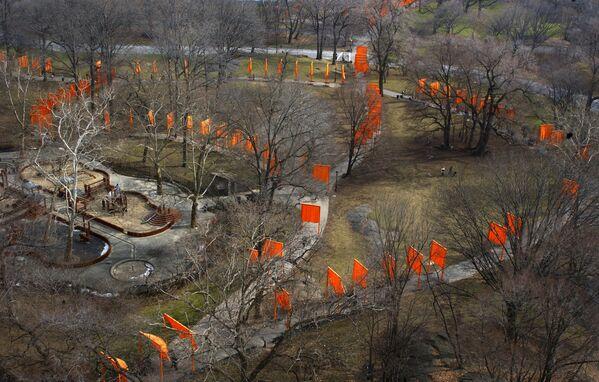 """Арт-инсталляция Христо и Жанны-Клод """"Ворота"""" в Центральном парке Нью-Йорка 12 декабря 2005 года.  - Sputnik Беларусь"""