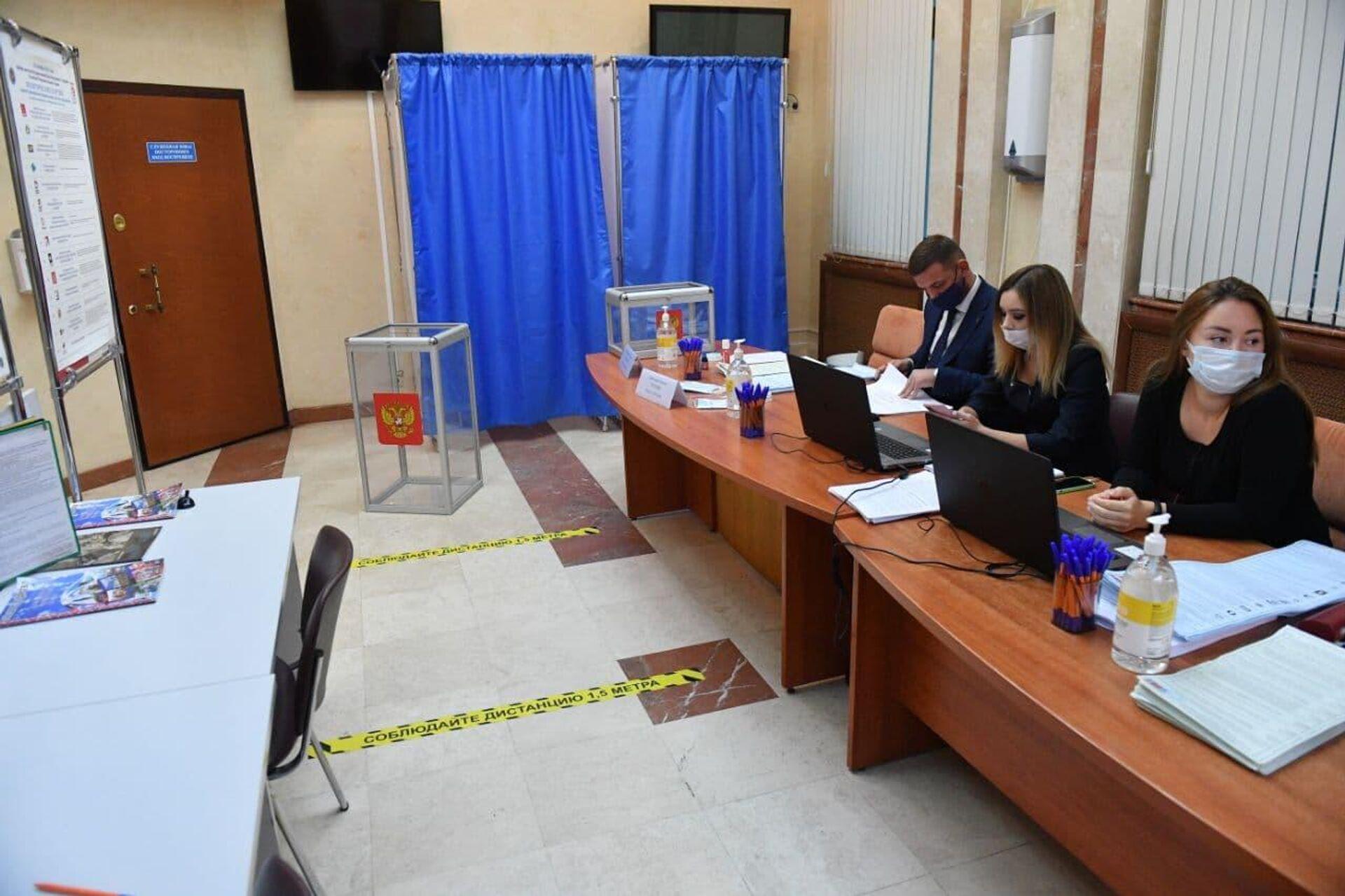 Избирательный участок для голосования на выборах в Госдуму открылся в посольстве России в Минске - Sputnik Беларусь, 1920, 17.09.2021