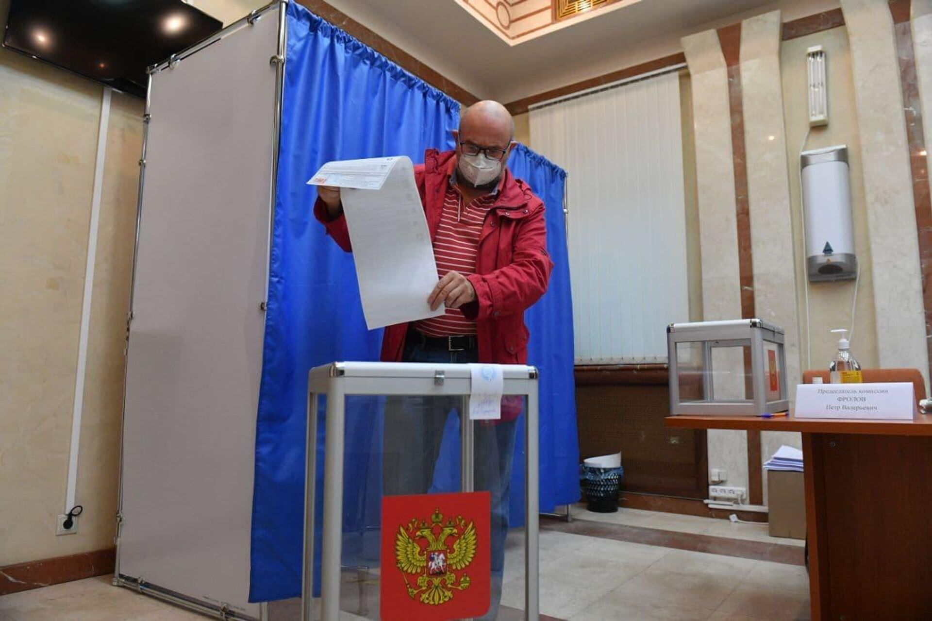 Первый избиратель пришел на участок в посольстве РФ - Sputnik Беларусь, 1920, 17.09.2021