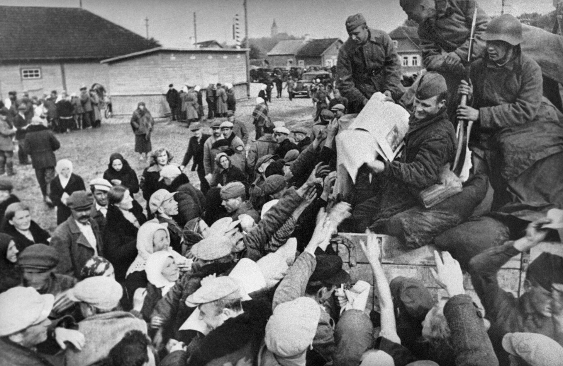 В первый день вступления Советских войск в Западную Беларусь, бойцы раздают газету Правда населению - Sputnik Беларусь, 1920, 17.09.2021