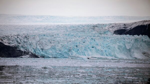 Кромка ледника Эки протяженностью в 5 км и высотой до 100 м спускается прямо в воду. Это позволяет лодкам подойти к ледниковой массе на максимально близкое расстояние, и наблюдать с борта за уникальным зрелищем рождения айсбергов. - Sputnik Беларусь