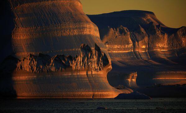 В каждый отдельный момент времени айсберги выглядят по-разному, изменяясь на солнце в течение дня. - Sputnik Беларусь