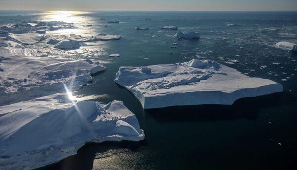 Отламываясь от ледника, айсберги уплывают в море. Таяние ледников Гренландии ускорилось почти в шесть раз с 80-х годов. - Sputnik Беларусь