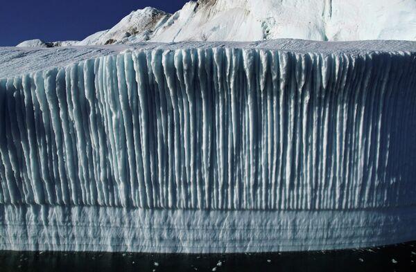 Образованные таким образом айсберги имеют самые разные формы и размеры, кроме того, они уникальны по цвету: от белого до голубого с синими или зелеными прожилками. - Sputnik Беларусь