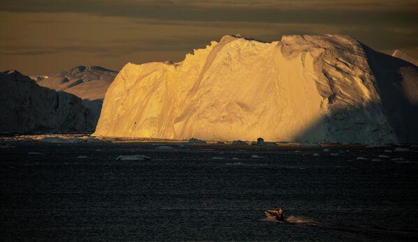 Лодки могут подходить очень близко к айсбергам. - Sputnik Беларусь