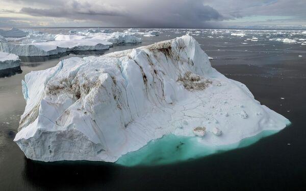 В августе 2021 года экстремальный ливень сбросил 7 миллиардов тонн воды на ледяной покров. Выпадение дождя говорит о быстром потеплении в Гренландии. - Sputnik Беларусь