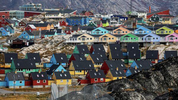 Цветные домики Илулиссата - третий город по величине в Гренландии. Он расположен в 200 километрах от Полярного круга. Его называют городом айсбергов. - Sputnik Беларусь