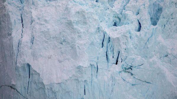 Гигантские массы льда с необыкновенным треском откалываются от ледника Эки и с грохотом падают в воду. - Sputnik Беларусь