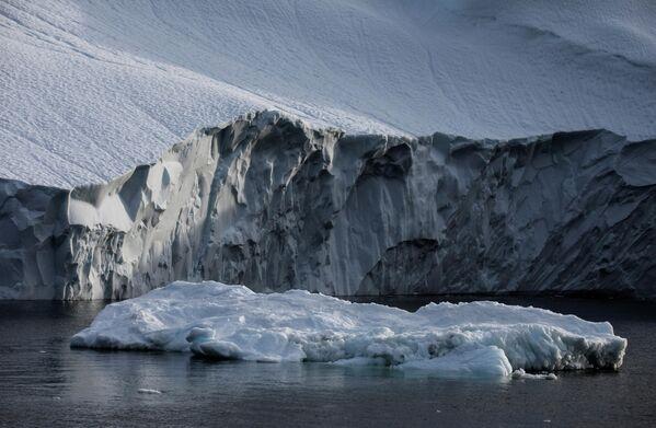 Этот айсбергообразующий ледник является одним из самых быстродвижущихся в Гренландии, его скорость - 30 м в сутки. - Sputnik Беларусь