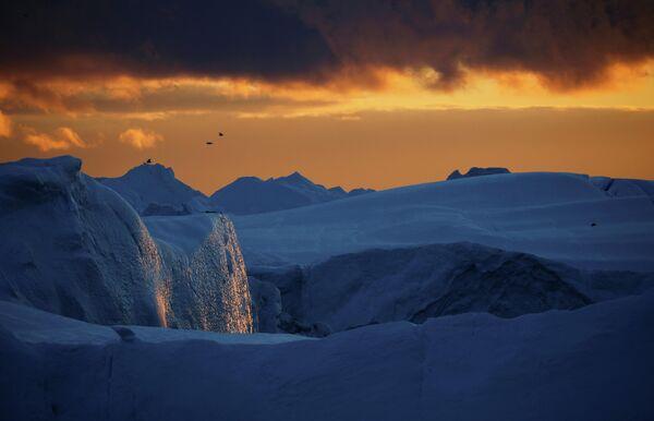 Из-за сократившегося объема ледники перестали соединяться со дном океана и теперь омываются теплой водой, что и далее будет способствовать их таянию. Ученые считают процесс уже необратимым. - Sputnik Беларусь