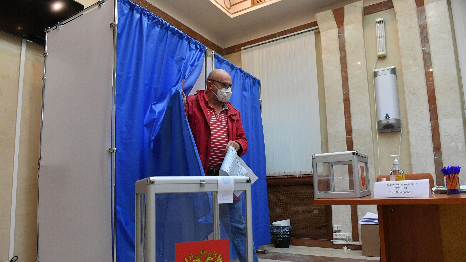 Первый избиратель пришел на участок для голосования в посольстве Российской Федерации в Минске в 08:07. - Sputnik Беларусь, 1920, 17.09.2021
