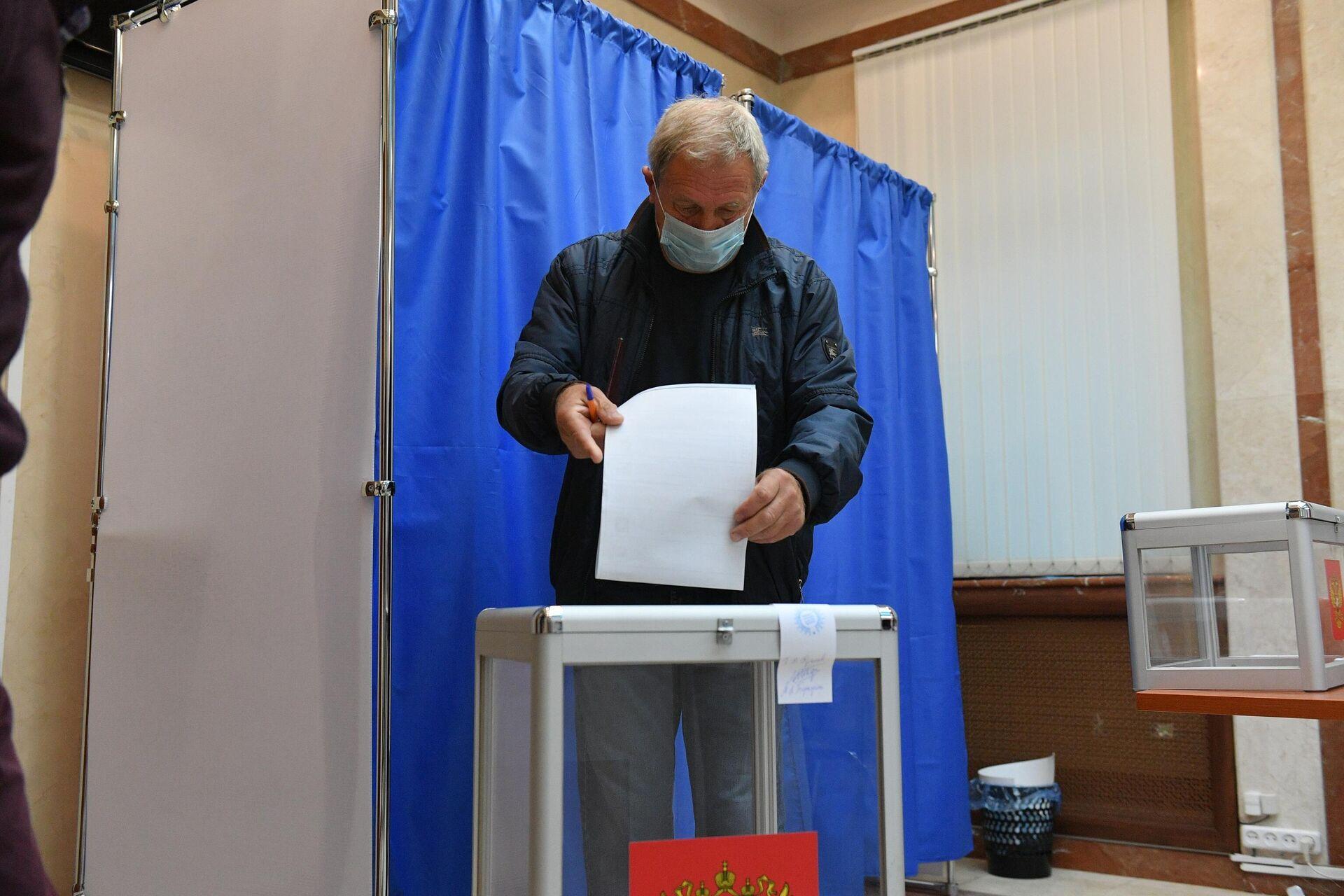Проголосовать в Беларуси могут россияне, которые постоянно проживают в РБ, а также те, кто прибыл в республику в командировку или к родственникам. - Sputnik Беларусь, 1920, 17.09.2021