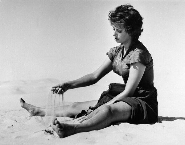 В 1956 году Софи отправилась покорять США, где сыграла в лентах Гордость и страсть, Легенда о былом (на фото), Плавучий дом. Писали, что у нее был роман с Кэри Грантом, но он длился недолго. Она успела сняться практически со всеми секс-символами 60-х: Кларком Гейблом (в ленте Это началось в Неаполе), Марлоном Брандо (в Графине из Гонконга), Ричардом Бертоном (в Поездке). - Sputnik Беларусь