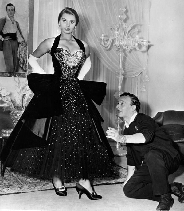 Софи Лорен примеряет платье с драгоценными камнями итальянского модельера Эмилио Шуберта.Понти сделал из провинциальной девушки актрису мирового масштаба, псевдоним также придумал он. А в начале 1960-х годов он выкупил все эти фильмы, чтобы не портить репутацию уже известной к тому времени Софи Лорен. - Sputnik Беларусь