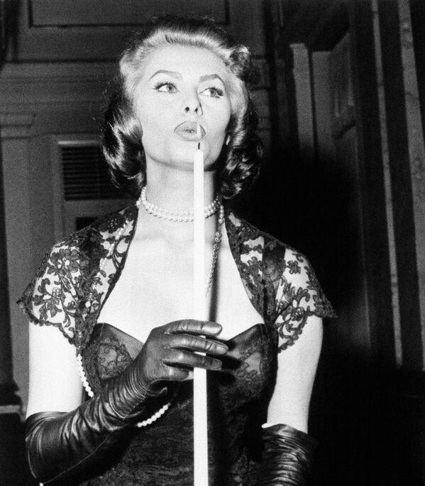 Софи Лорен гасит свечу на коктейльной вечеринке кинофестиваля в Копенгагене.  - Sputnik Беларусь