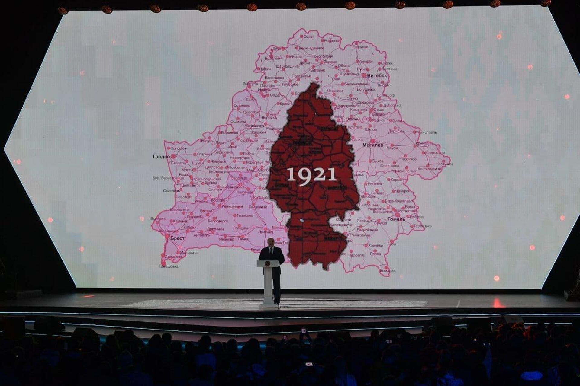 Лукашенко предложил всем в зале взглянуть на карту, где была изображена БССР - Sputnik Беларусь, 1920, 17.09.2021